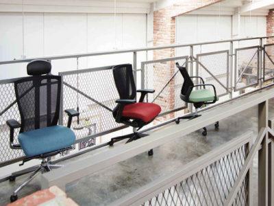"""La mejor silla de oficina ergonómica significa el no sentir que estas sentado. La T50 de Fursys tiene funcionalidades altamente sofisticadas para darle libertad a tu cuerpo mientras permaneces sentado. La T50 promete """"la libertad que todo tu cuerpo disfruta"""" al momento de sincronizar tu cuerpo con la silla."""